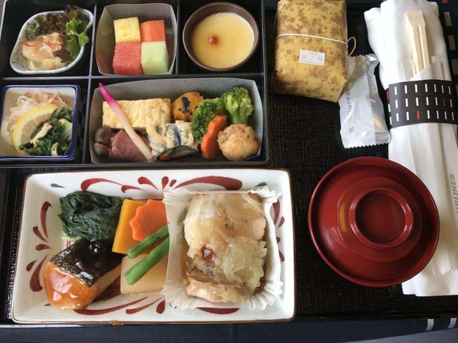 Обед в самолете Japan Airlines