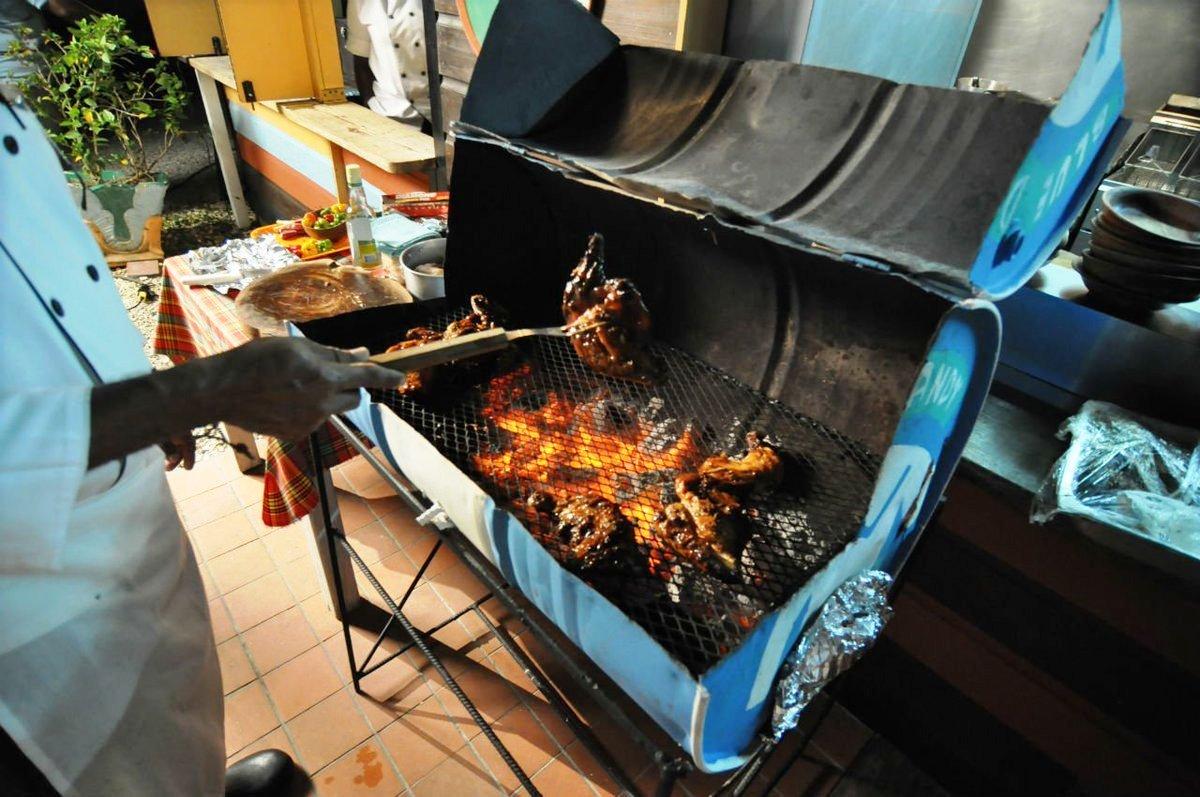 Как жарят мясо йерк на Ямайке