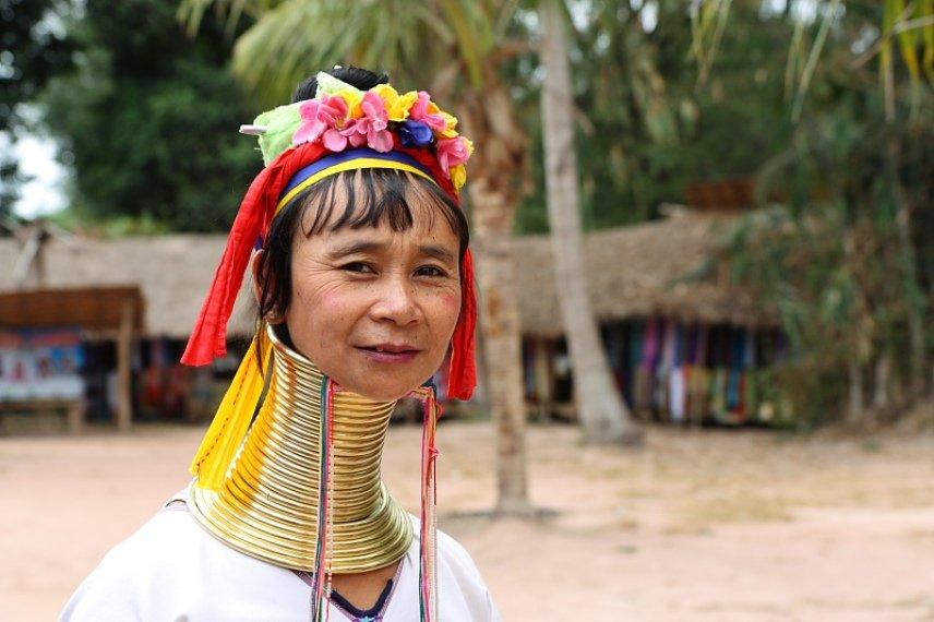 Женщина в Таиланде с длинной шеей