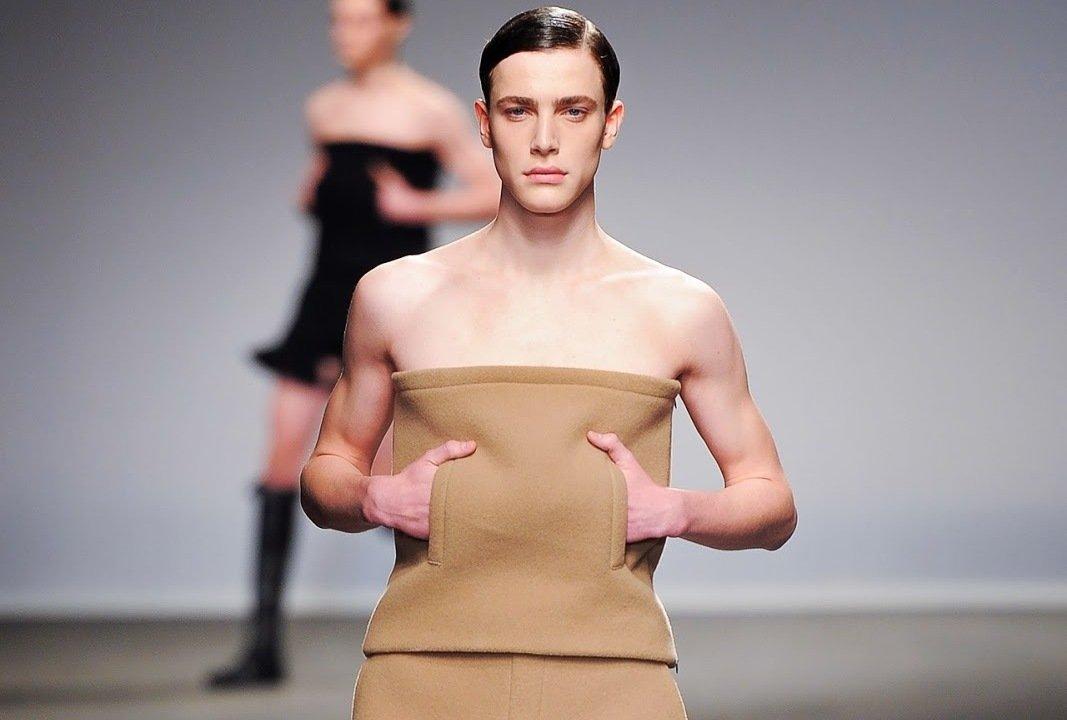 Платье без бретелек на мужчине