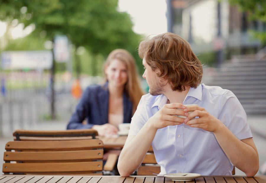 Мужчина смотрит на женщину
