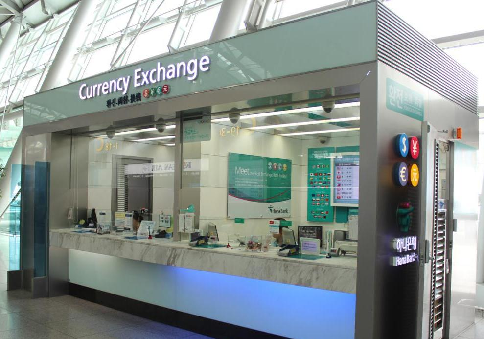 Обмен денег путешественником в аэропорту
