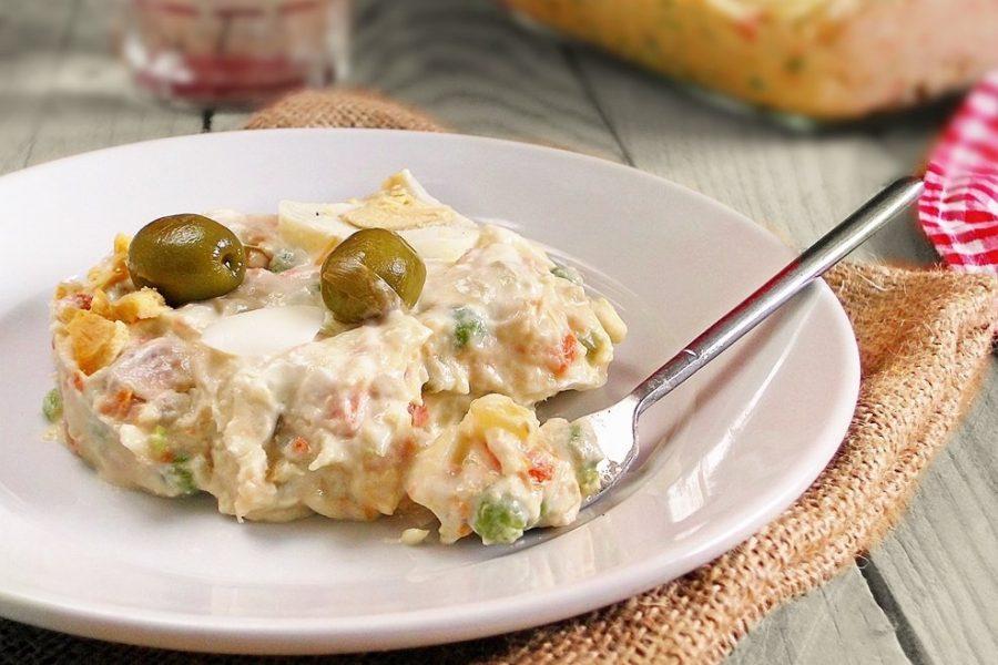 Русский салат приправленный майонезом