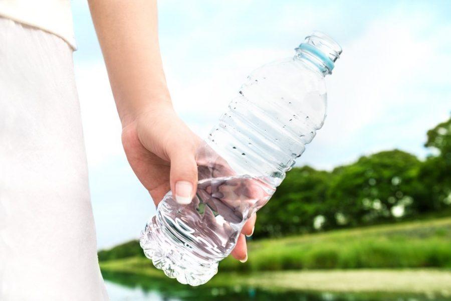 Вода в бутылке взять в дорогу