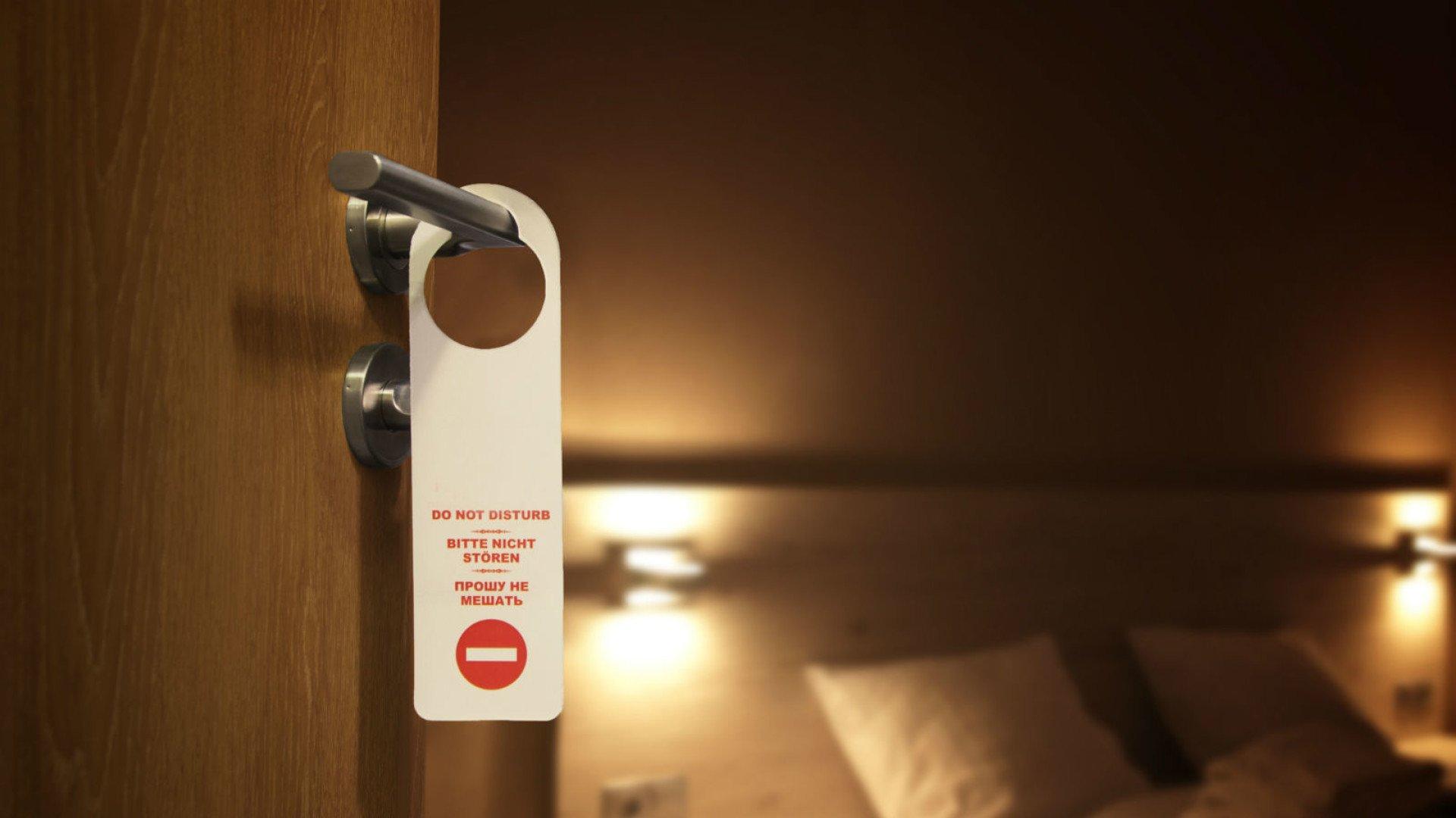 Табличка Не беспокоить в отеле