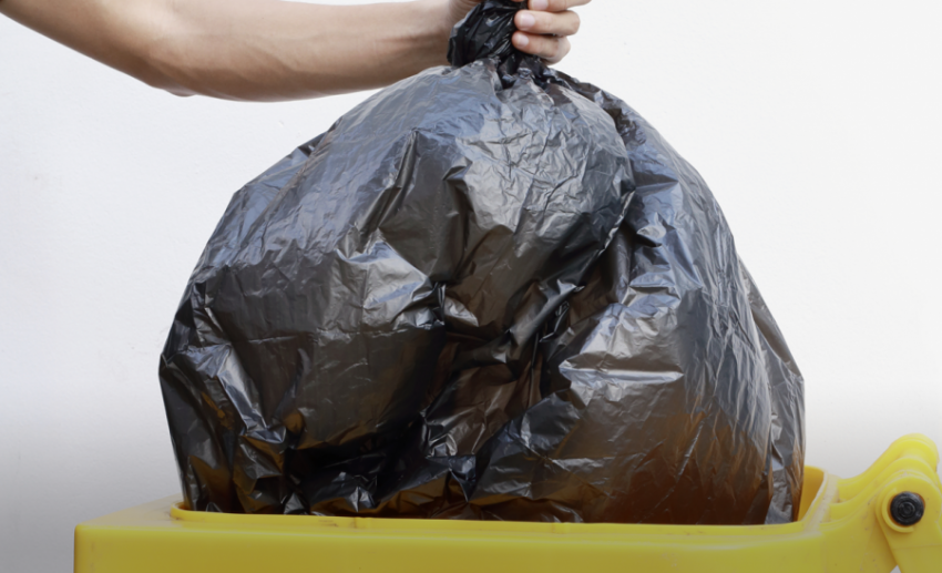 Уборка мусора в отеле за туристами