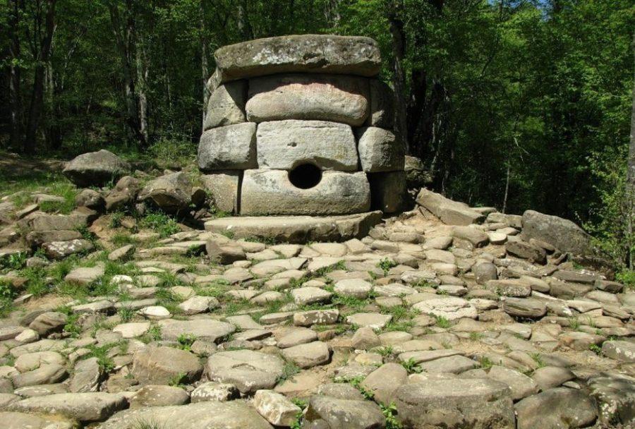 Каменные дольмены в Геленджике