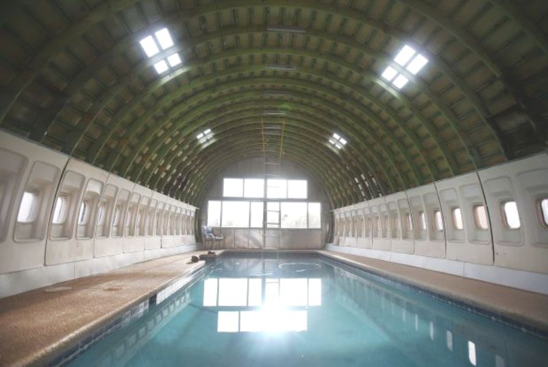 Бассейн в доме-самолете инженера