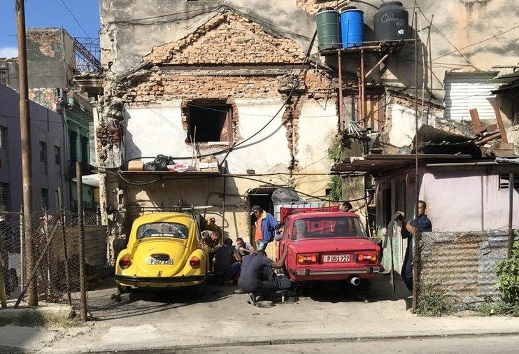 Автомобиль кубинский Пежо