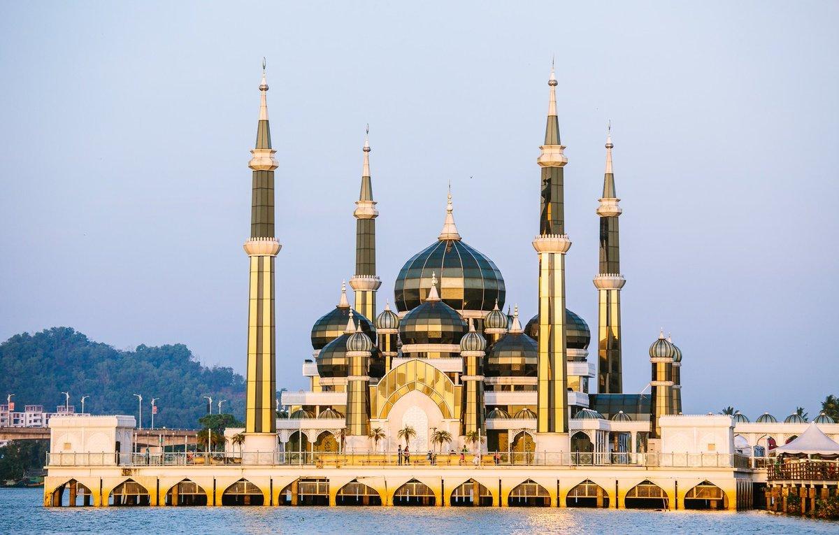 Зеркальное сияние Кристальной мечети в Малазийском султанате Тренгану