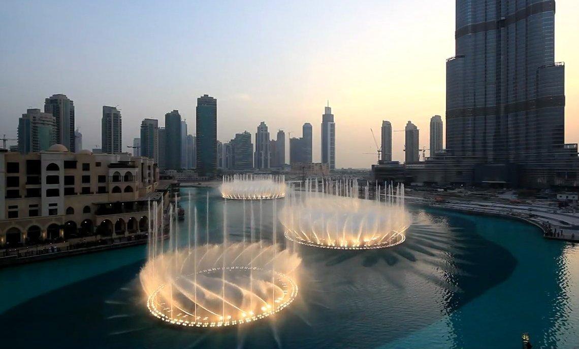 Дубайский фонтан в центре города