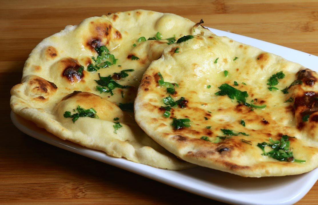 Традиционный хлеб наан в Индии