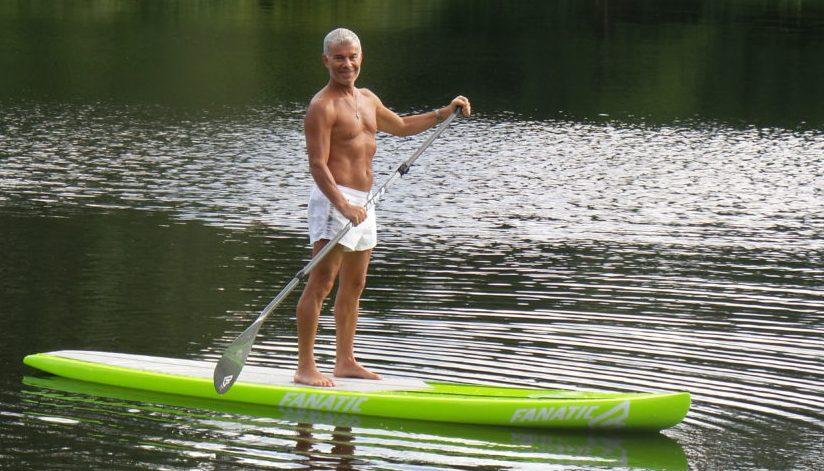 Газманов плывет по реке на доске