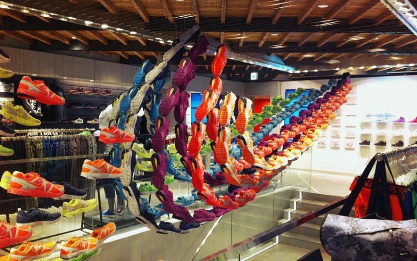 Японский магазин NIKE с инсталляциями