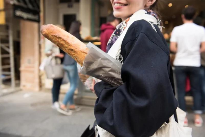 Нести багет подмышкой во Франции