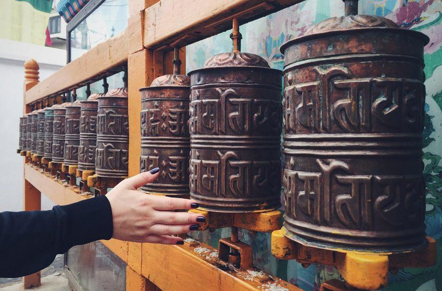 Молитвенные барабаны в храмовом комплексе Боднатх