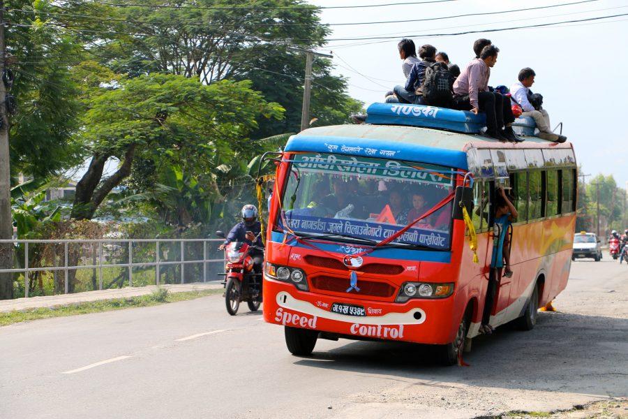 Поездка верхом на непальском автобусе