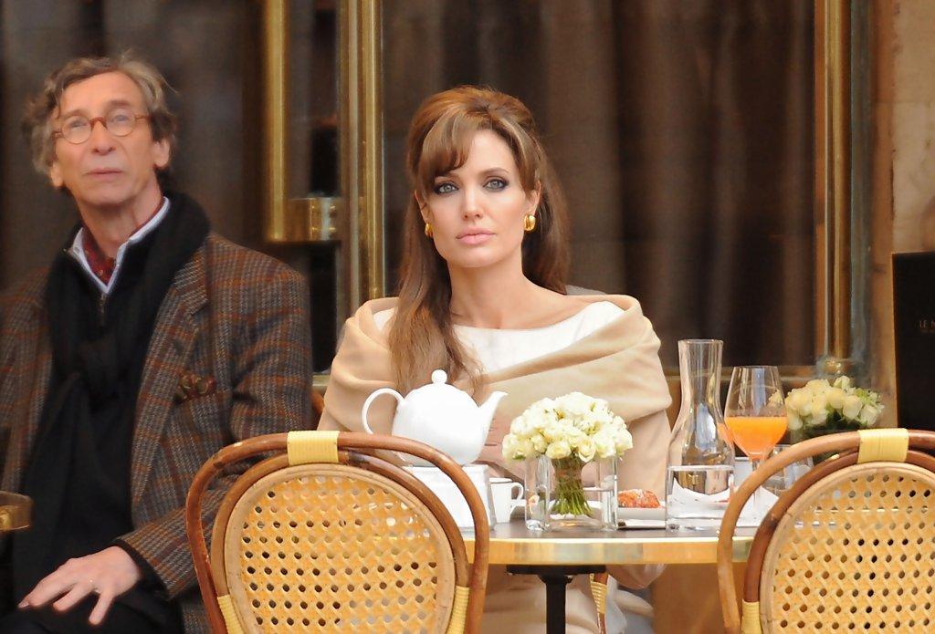 Анджелина Джоли в ресторане