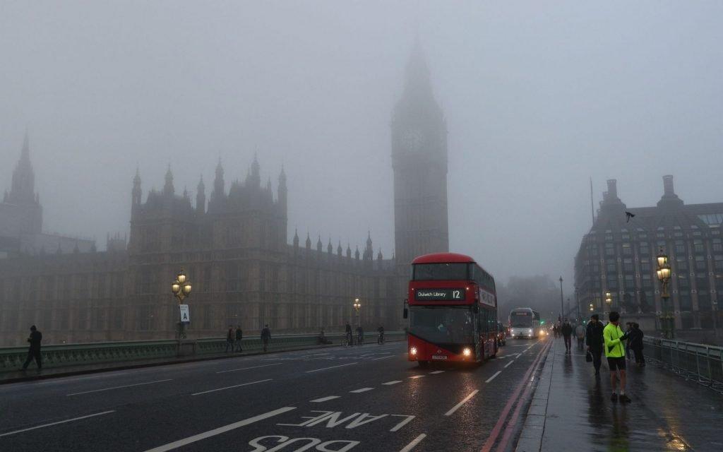 Красный автобус в тумане Лондона