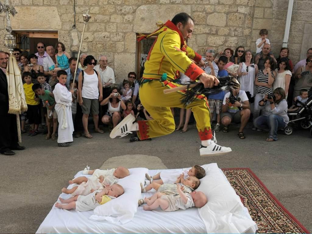 Спасение младенцев от злых духов