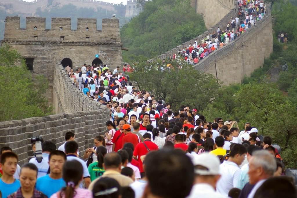 Великая Китайская стена с туристами