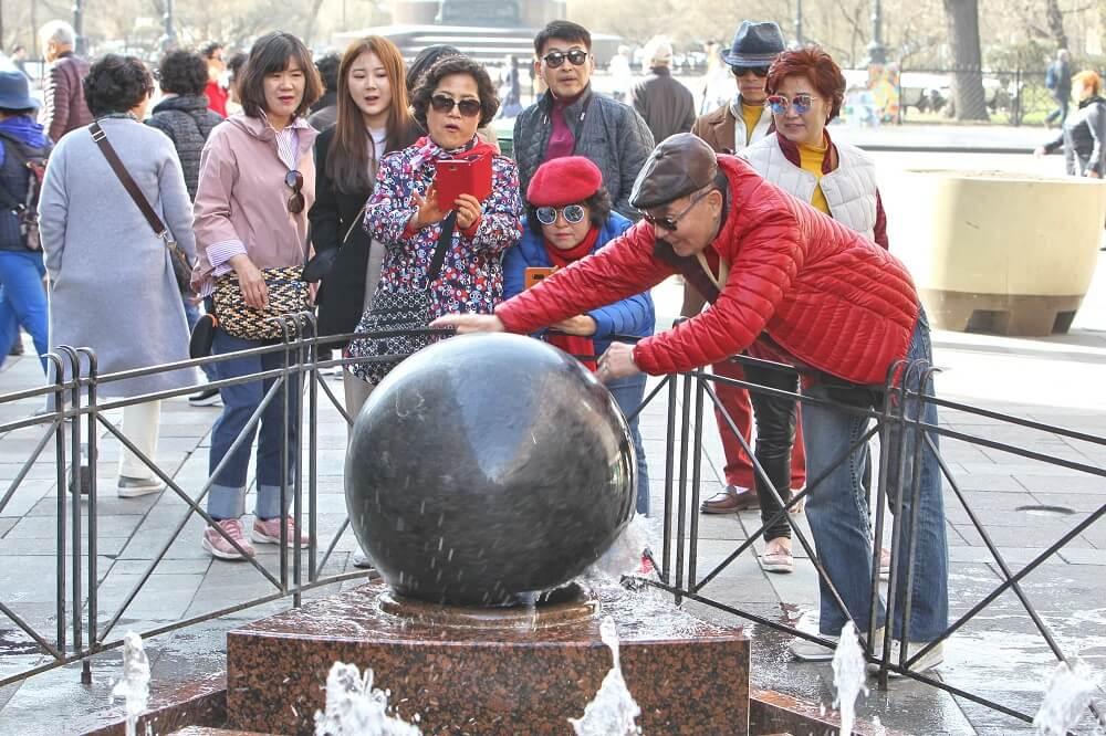 Китайские туристы на территории Петергофа