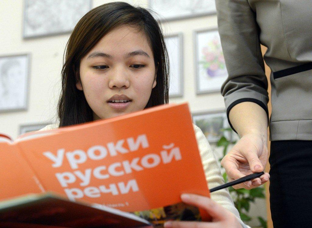 Иностранка изучает русский язык