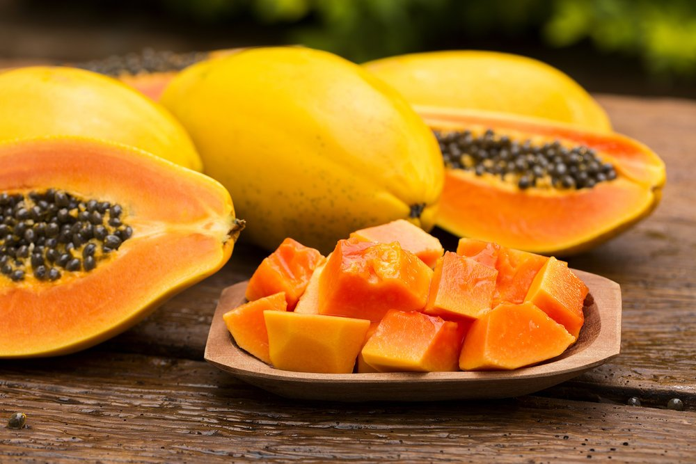 Детей в Африке кормят папайей
