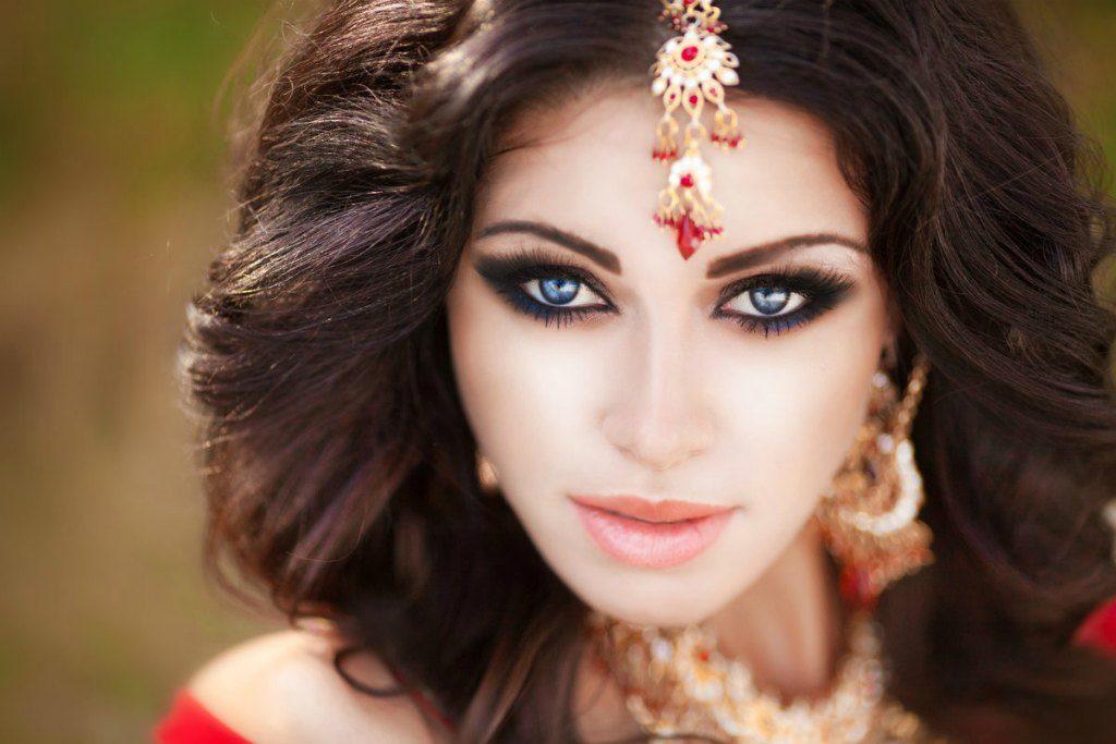 Красивая восточная девушка