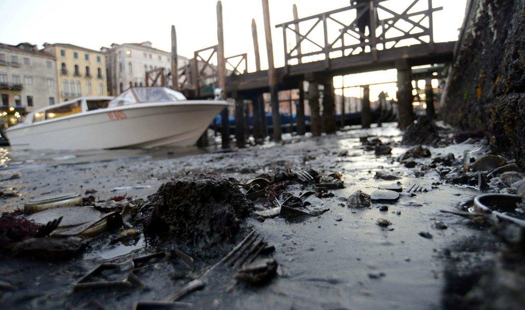Отходы в каналах Венеции