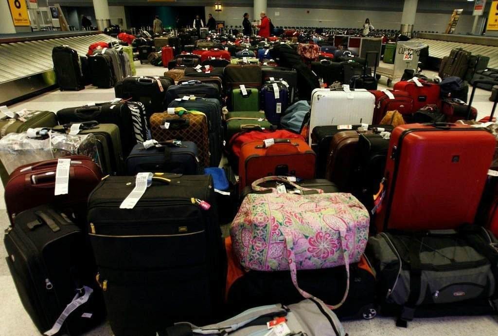 Пассажиры оставляют свои чемоданы
