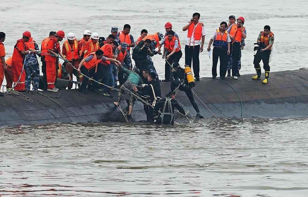 Утопающим в Китае помогают спасатели