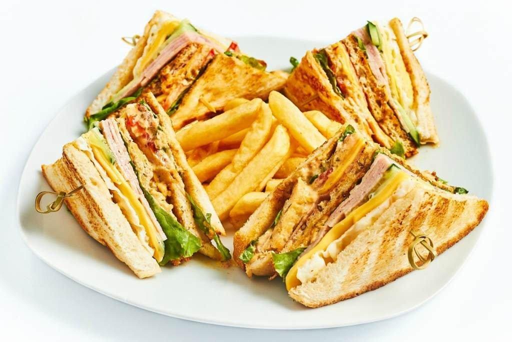 Сендвичи с беконом и картошка фри