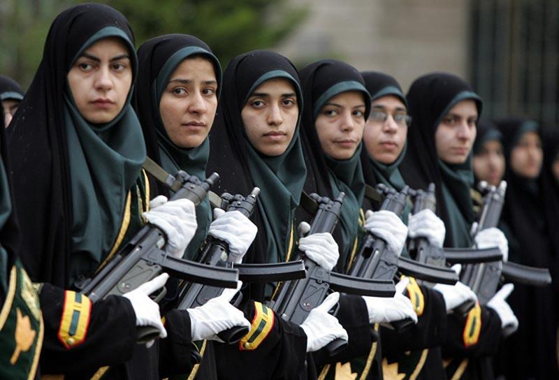 Женщины военные Ирана в хиджабах