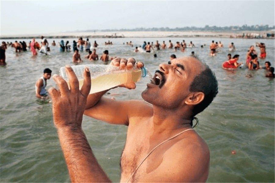 пьют воду ганг
