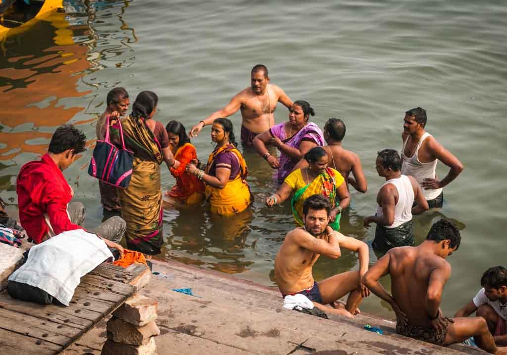 женщины Индии в сари купаются
