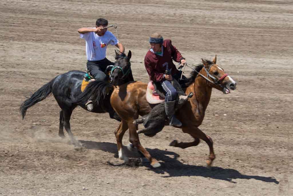 Игра на закидывание козла в Киргизии