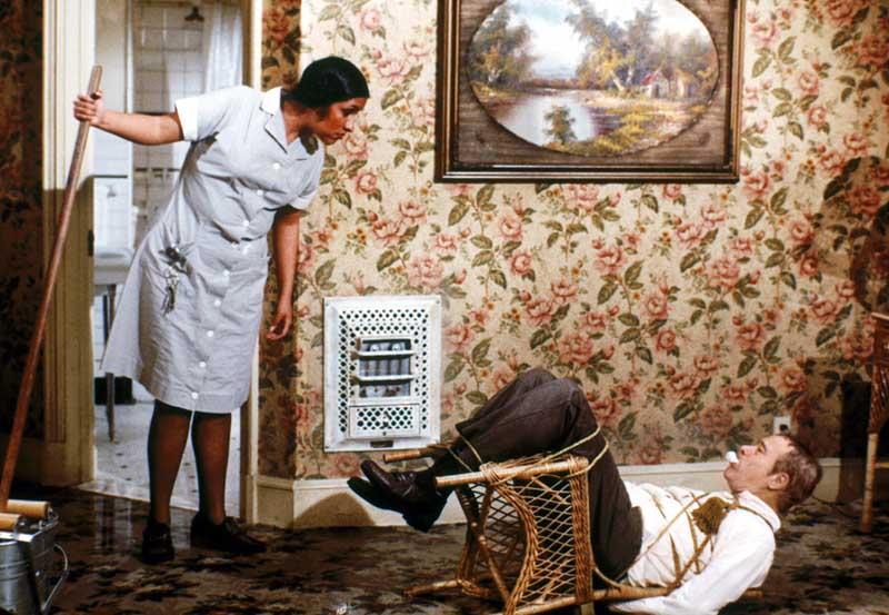 не стоит пытаться унести полотенце, люстру, вазу, покрывало, шторы, картины, подносы