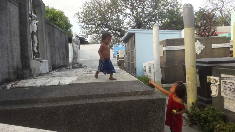 филиппины В склепах оборудуют дома и играют дети
