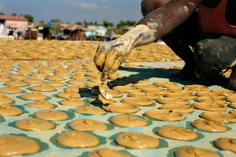 Лепешки из грязи — как их едят на Гаити
