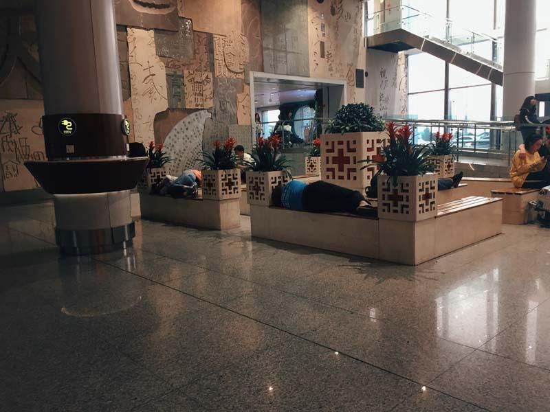 китайцы спят в торговых центрах