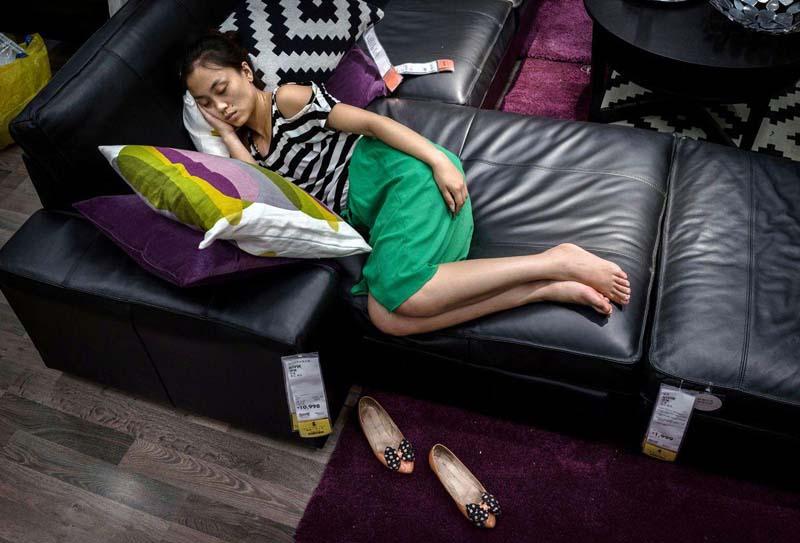 В Китае можно спать в мебельном отделе