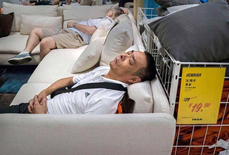 Китайцы не заморачиваются и спят в магазинах
