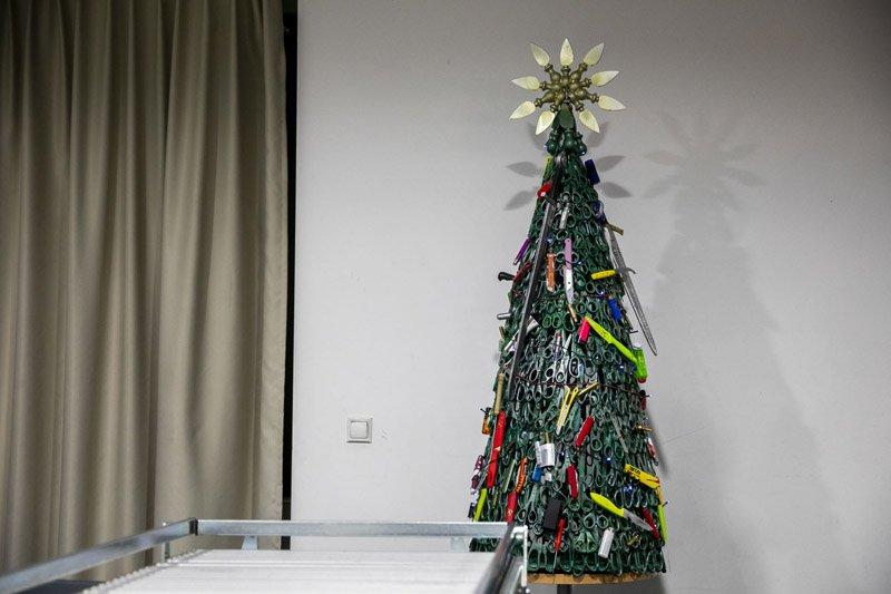 В аэропорту Вильнюса поставили елку, сделанную из конфиската