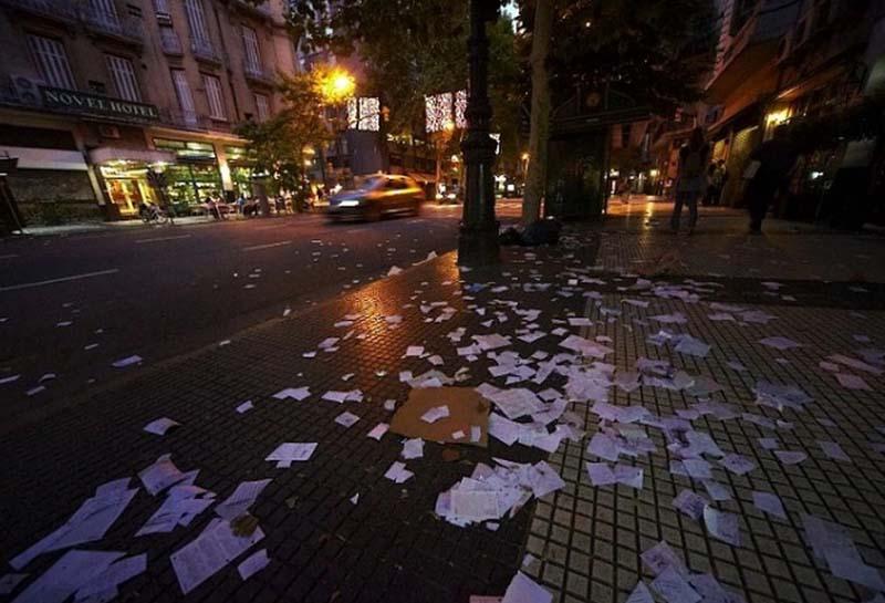 Аргентина Жители выбрасывают из окон старые газеты