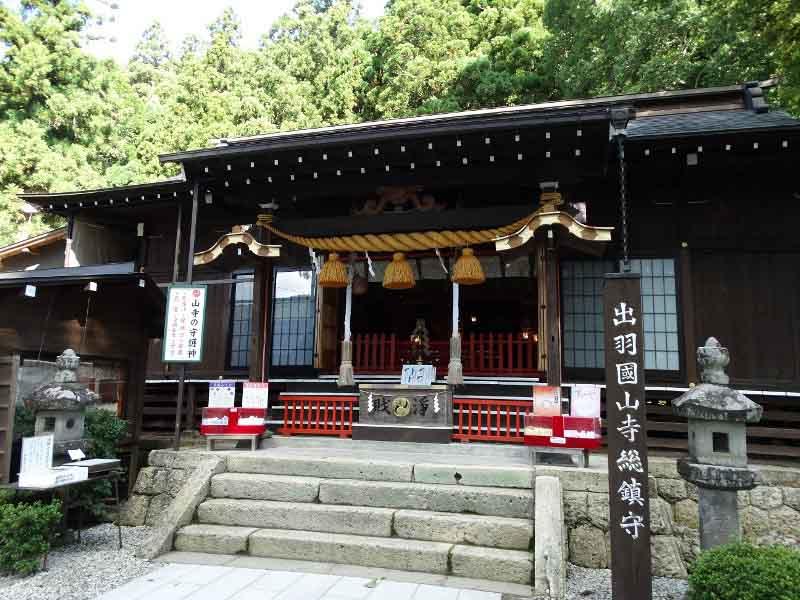 новый год японцы перед входной дверью развешивают соломенные пучки