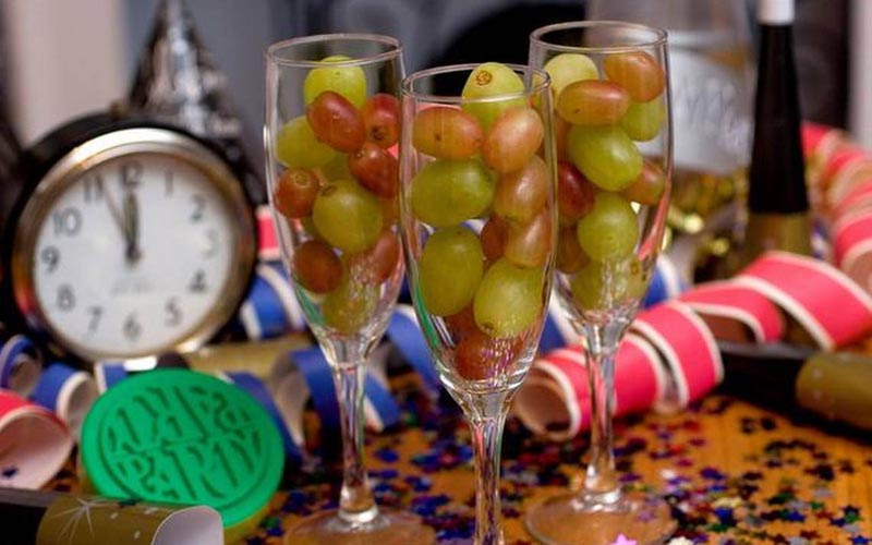 В Испании под бой курантов едят 12 виноградинок