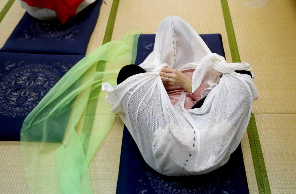 Зачем взрослые японцы закутываются в пеленки