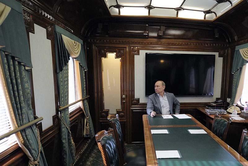 в специальном президентском поезде пассажиры пьют чай из стаканов с подстаканниками