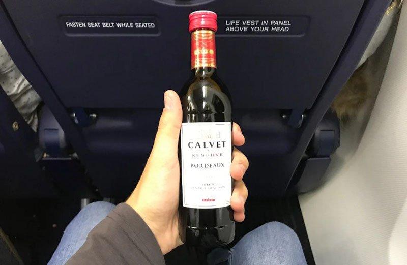 вместе с водой на рейсе Сингапур — Нью-Йорк разносят вино